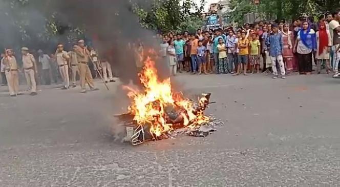 दिल्ली : भीड़ ने आग में झोंकी हत्यारे की मोटरसाइकिल