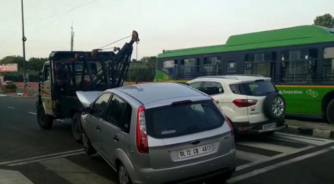 दिल्ली : 3 कारों की भिड़ंत में महिला की मौत, 3 घायल