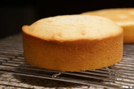 दीवाली पर बच्चों के लिए बनाएं वनीला स्पंज केक