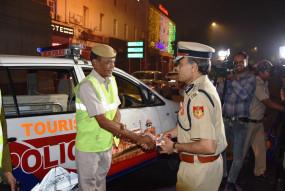 दिल्ली में दिवाली पर 500 गिरफ्तार, 10 हजार किलो पटाखे जब्त, पुलिस आयुक्त ने आधी रात बांटी मिठाई