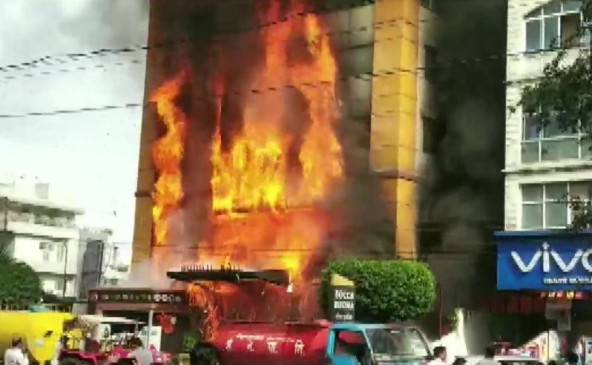 इंदौर के होटल में लगी भीषण आग, दमकल कर्मियों ने अंदर फंसे 6 लोगों को सुरक्षित निकाला
