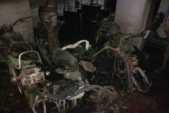 पुणे में पार्किंग में लगाई गई आग, 7 वाहन जलकर खाक