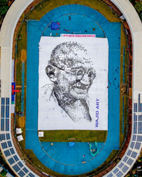 6 हजार बच्चों ने मानव श्रृंखला से बनाई बापू की आकृति, दिया स्वच्छता का संदेश