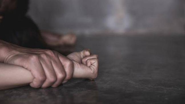 विदेशी महिला ने दी आत्महत्या करने की धमकी, रेप के आरोपी इंस्पेक्टर की गिरफ्तारी की मांग