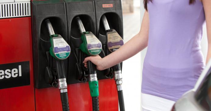 Fuel Price: 5 पैसे तक सस्ता हुआ पेट्रोल और डीजल, जानें आज की कीमत