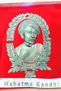 ऐतिहासिक वस्तुओं के संग्रह का शौक: चोर बाजार में मिली पगड़ी बांधे हुए गांधीजी की दुर्लभ कलाकृति
