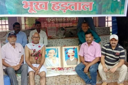 उप्र : शहीद स्मारक निर्माण के लिए गांधीगिरी
