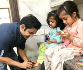 गंभीर ने अष्टमी पर बेटियों से लिया आशीर्वाद, ट्विटर पर शेयर की तस्वीर