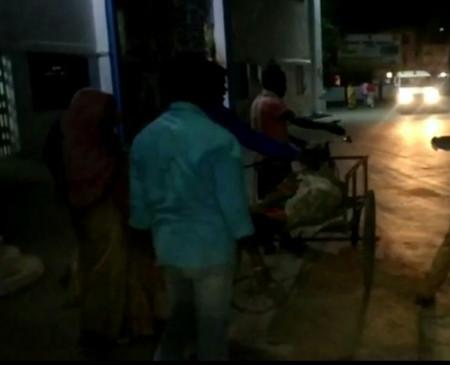इंसानियत शर्मसार: गरीब आदिवासी को नहीं मिला वाहन, हाथ ठेले में ले 10 किलो मीटर शव लेकर गए परिजन