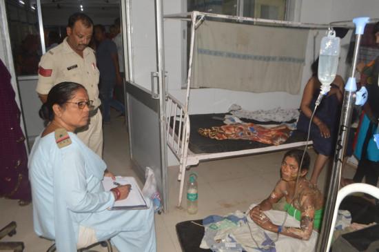 पति ने पेट्रोल डालकर पत्नी को जलाया, हालत गंभीर