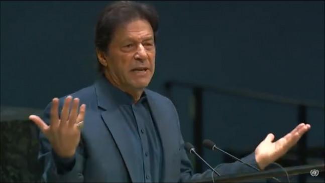 इमरान ने कश्मीर दिवस पर मानव श्रृंखला की अगुवाई की