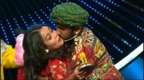 इंडियन आइडल कंटेस्टेंट ने किया नेहा को जबरदस्ती किस, देखकर हैरान हुए बाकी लोग