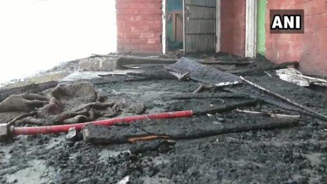 जम्मू-कश्मीर: आतंकियों ने कुलगाम में स्कूल को किया आग के हवाले