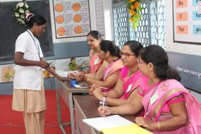 महाराष्ट्र चुनाव : महिला मतदान केंद्र पर मतदाताओं की भारी भीड़