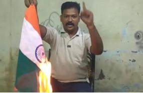 Fake News: क्या आदमी ने हिंदुत्व के लिए जलाया तिरंगा झंडा ?