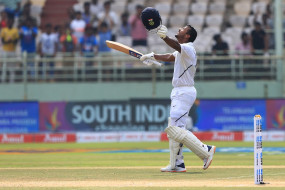 पहले टेस्ट शतक को दोहरे में बदलने वाले भारत के चौथे बल्लेबाज बने मयंक