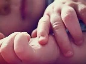 दूधमुंहे बच्चे को फुटपाथ पर छोड़कर भागी मां, पुलिस का दिल पसीजा जागी ममता