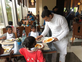 जीतू पटवारी ने गरीब और अनाथ बच्चों के साथ मनाई दिवाली