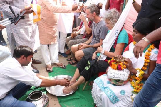 मप्र : गांधी का संदेश प्रचारित करने निकले देशी-विदेशी अनुयायियों के पैर धोए
