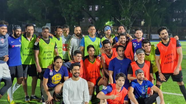 धोनी और पेस ने मुंबई मेंखेला चैरिटी फुटबॉल मैच, देखें तस्वीरें
