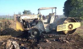 बिहार में नक्सलियों ने सड़क निर्माण में लगे ट्रैक्टर व रोलर फूंके