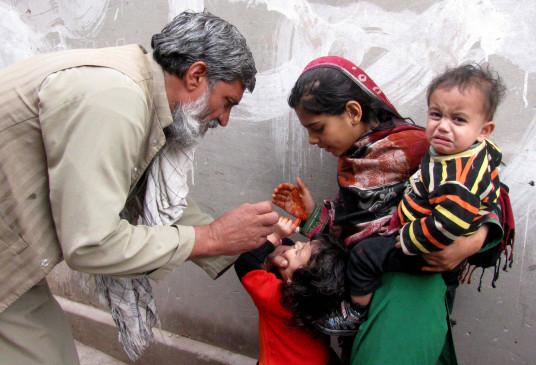 पाकिस्तान : पोलियो की दवा पिलाने के लिए फतवों का सहारा!