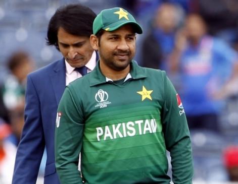 पाकिस्तान : सरफराज को कप्तानी से हटाने के लिए विधानसभा को प्रस्ताव सौंपा