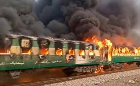 पाकिस्तान रेल हादसा : प्रत्यक्षदर्शी ने कहा, शॉर्ट सर्किट से लगी आग