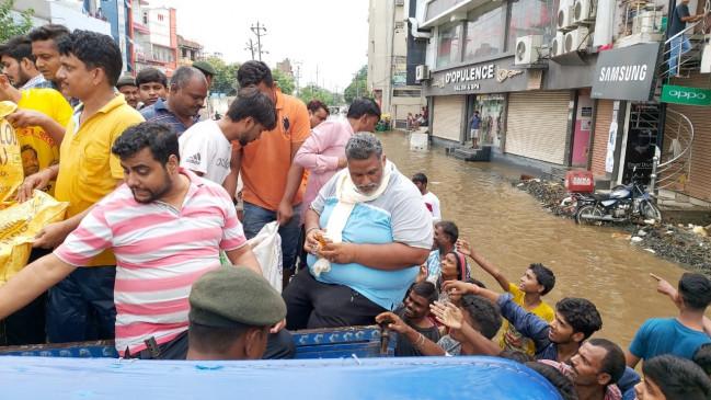 पटना के जलजमाव वाले इलाके में चौथे दिन भी पहुंचे पप्पू