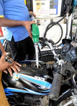 पेट्रोल, डीजल के दाम फिर घटे, कच्चे तेल में भी नरमी
