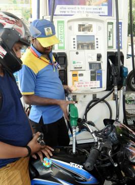 1 दिन के विराम के बाद फिर घटे पेट्रोल, डीजल के दाम