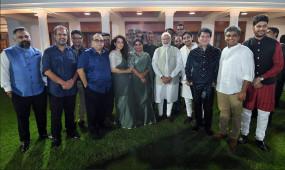 पीएम मोदी ने कहा, गांधी और गांधीवाद पर फिल्म बनाएं