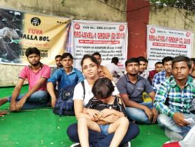 रेलवे ग्रुप (डी) भर्ती के छात्रों का धरना जारी, 4 साल की बच्ची के साथ बैठी नागपुर की प्रीति