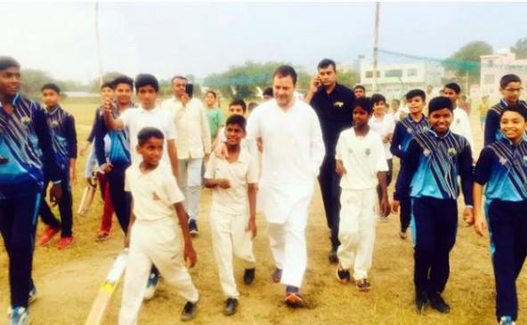 राहुल के हेलीकॉप्टर की इमरजेंसी लैंडिंग, लोगों के साथ खेला क्रिकेट, देखें वीडियो