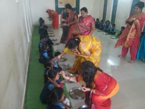 प्राचार्य सहित स्कूल स्टॉफ छात्राओं के पैर पखार साथ में करते हैं भोजन