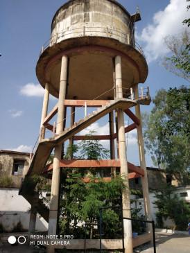 खतरनाक हो चुकी है जर्जर पानी की टंकी - स्कूल के 250 मासूमों की जान संकट में
