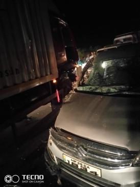 कार और ट्रक की जोरदार टक्कर, 12 घायल