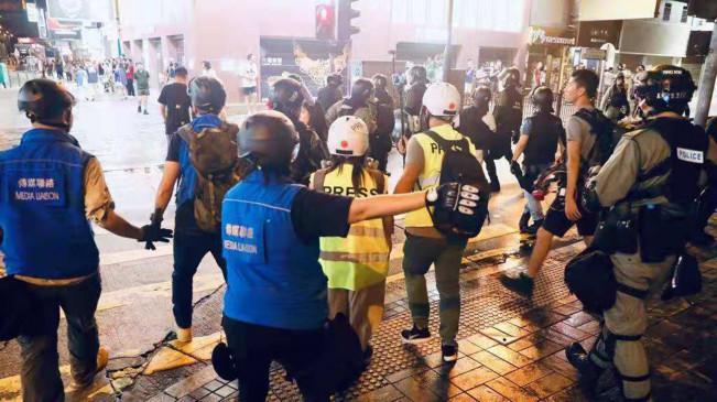 हांगकांग में विरोध प्रदर्शन में नकाब पर पाबंदी लगाने का समर्थन