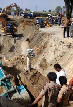 तमिलनाडु : बोरवेल में गिरे बच्चे को बचाने के प्रयास जारी