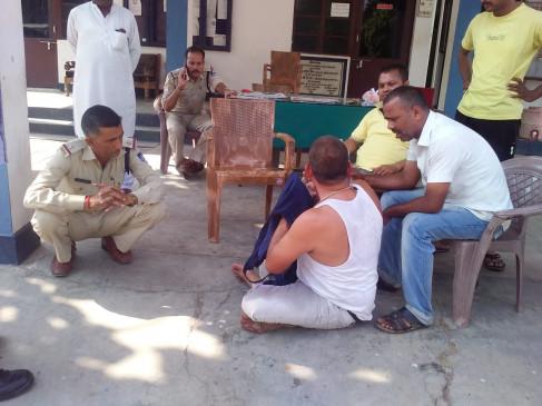 फरियादी ने थाने के सामने किया आत्मदाह का प्रयास - पुलिस दे रही झूठे केस में फंसाने की धमकी