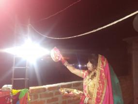 करवा चौथ पर पति घर नहीं पहुँचा, तो पत्नी ने कुछ ऐंसा किया कि सभी दंग रह गए
