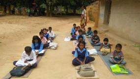 मप्र के स्कूलों के हालात खराब, पेड़ के नीचे लग रही पाठशाला, शिक्षक भी नहीं