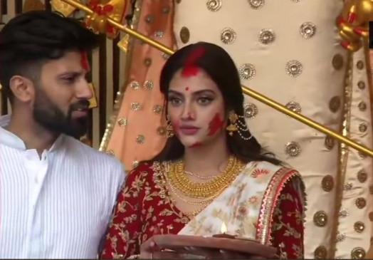 नुसरत ने पति निखिल जैन के साथ 'सिंदूर खेला', बंगाली अटायर में खूबसूरत लग थीं सासंद
