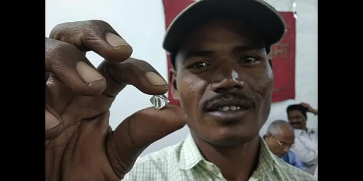 आदिवासी मजदूर को मिला 7.68 कैरेट का हीरा, 30 लाख से ज्यादा है अनुमानित कीमत