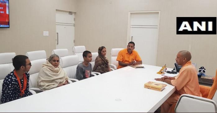 उत्तर प्रदेश: कमलेश तिवारी के परिवार से मिले मुख्यमंत्री योगी आदित्यनाथ