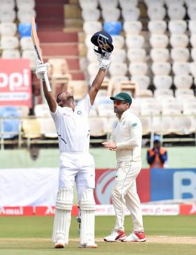 विशाखापट्टनम टेस्ट : मयंक का पहला दोहरा शतक, भारत का विशाल स्कोर (लीड-1)