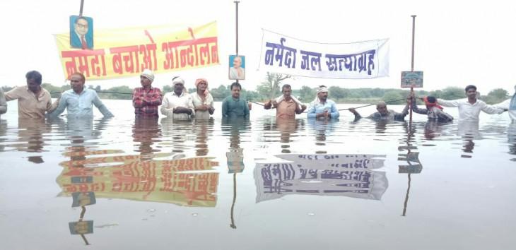 मप्र में ओंकारेश्वर बांध प्रभावितों का जल सत्याग्रह शुरू