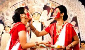 दुर्गा अष्टमी पर बंगाली महिलाएं क्यों पहनती हैं लाल और सफेद रंग की साड़ी, क्या है महत्व