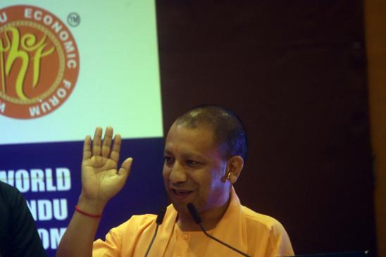 अयोध्या में पुष्पक विमान से उतरे सीता-राम व लक्ष्मण, योगी ने की अगवानी
