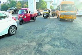 करोड़ों खर्च करने के बावजूद सड़क पर पड़े गड्ढे, महामेट्रो का चल रहा है कार्य